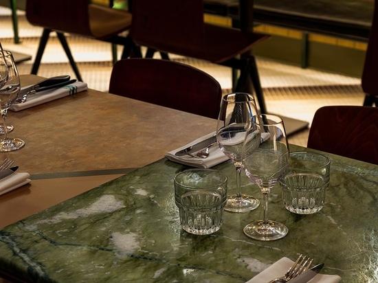 Das diagonale Kachelmuster in diesem Restaurant ist ein auffälliges Designmerkmal