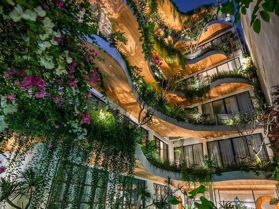 Gewellte Balkone mit überhängenden Pflanzen sind ein Designmerkmal in diesem Wohnhaus